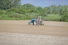 Fazendeiro Tills His Field fotografia de stock