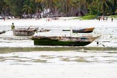 Fazendeiros da alga na água azul fora das praias brancas do I fotos de stock
