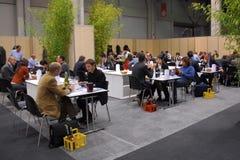 Fazendeiros da feira de troca do vinho na mesa com importadores e os distribuidores mundiais imagens de stock royalty free