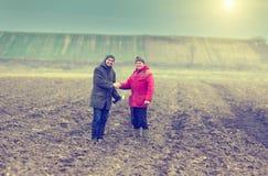 Fazendeiros que agitam as mãos Fotografia de Stock