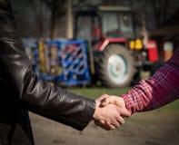 Fazendeiros que agitam as mãos foto de stock royalty free