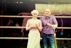 Fazendeiros que estão junto no estábulo Fotografia de Stock Royalty Free