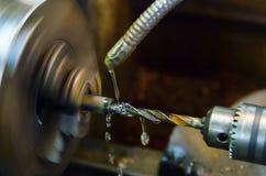 Fazendo à máquina o workpiece em um torno perfurar foto de stock