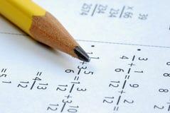Fazendo alguma matemática da escola de classe Foto de Stock