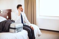Fazendo algumas chamadas antes de sair do hotel fotografia de stock