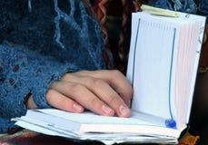 Fazendo anotações no organizador Foto de Stock