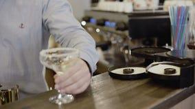 Fazendo a apresentação do açúcar no contorno dos vidros para o cocktail 4K video estoque