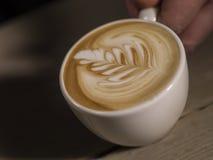 Fazendo a arte do latte em um Cappucinno Foto de Stock