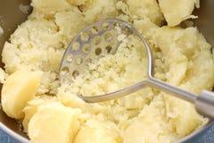 Fazendo batatas trituradas Fotografia de Stock Royalty Free