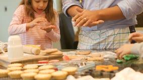 Fazendo biscoitos do Natal com paizinho vídeos de arquivo