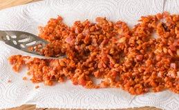 Fazendo bocados do bacon para saladas Imagens de Stock
