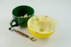 Fazendo bolas de melão douradas foto de stock royalty free