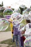Fazendo bolhas de sabão em Mauerpark Foto de Stock