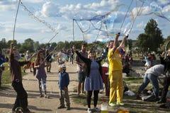 Fazendo bolhas de sabão em Mauerpark Fotos de Stock