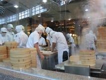 Fazendo bolinhas de massa chinesas Imagem de Stock