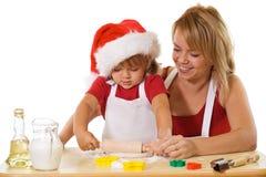 Fazendo bolinhos no tempo do Natal Fotografia de Stock Royalty Free