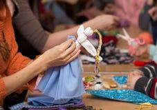 Fazendo a boneca Vesnyanka Fotos de Stock