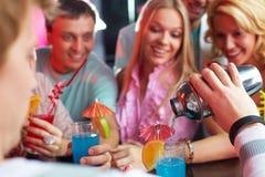 Fazendo cocktail Imagem de Stock