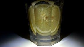 Fazendo cocktail na barra Feche acima da preparação do cocktail alcoólico em um vidro Resto e abrandamento da noite video estoque