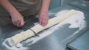 Fazendo cookies, close-up da massa das mãos do ` s das mulheres na cozinha dos confeitos vídeos de arquivo