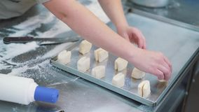 Fazendo cookies, close-up da massa das mãos do ` s das mulheres na cozinha dos confeitos video estoque
