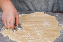 Fazendo cookies do entalhe fotografia de stock