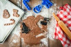 Fazendo cookies pelo Natal e o ano novo Fotografia de Stock Royalty Free