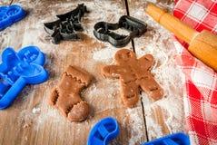Fazendo cookies pelo Natal e o ano novo Fotos de Stock