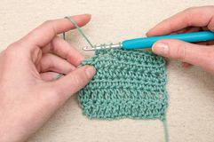 Fazendo crochê Teal Yarn Knitting Hook de costura fotos de stock