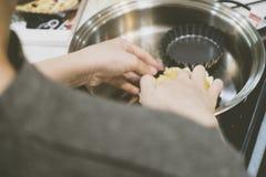Fazendo a crosta de torta no frigideira fotografia de stock royalty free