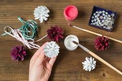 Fazendo decorações do Natal dos cones do pinho Etapa 3 Fotografia de Stock