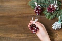 Fazendo decorações do Natal dos cones do pinho Etapa 6 Fotos de Stock Royalty Free