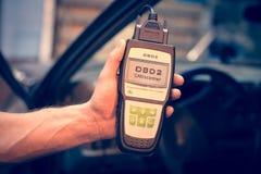 Fazendo diagnósticos do carro usando o dispositivo do obd Fotografia de Stock Royalty Free