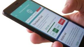 Fazendo a doação da caridade à organização ambiental usando Smartphone App vídeos de arquivo