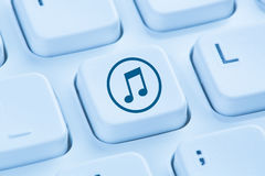 Fazendo download de escuta da transferência que flui COM azul do Internet da música fotos de stock royalty free