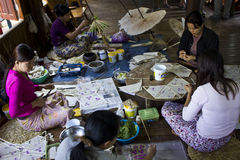 Fazendo guarda-chuvas típicos de Myanmar Fotos de Stock Royalty Free