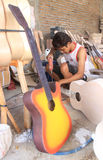 Fazendo a guitarra Fotografia de Stock Royalty Free