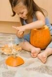 Fazendo Halloween latern Foto de Stock