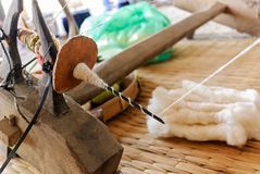 Fazendo lãs dos carneiros rosqueie pela roda de giro tradicional, Tailândia Imagem de Stock Royalty Free