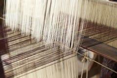 Fazendo a linha de tecelagem feito a mão fotos de stock