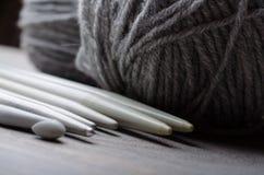 Fazendo malha e fazendo croch? ferramentas imagens de stock