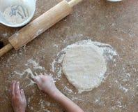 Fazendo a massa de pão da pizza Imagem de Stock