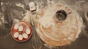 Fazendo a massa de pão doce a vista superior Peneira do metal Preparação do cozimento As despesas gerais do padeiro entregam o bo filme