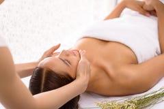Fazendo massagens a face fotografia de stock