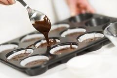 Fazendo muffin do chocolate imagem de stock royalty free