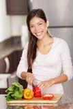 Fazendo a mulher da salada Imagens de Stock Royalty Free