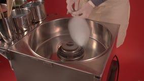 Fazendo o algodão dos doces com máquina Pessoa que cria o algodão cor-de-rosa do açúcar video estoque