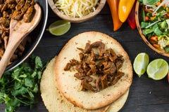 Fazendo o alimento latin típico da rua, taco mexicano foto de stock royalty free