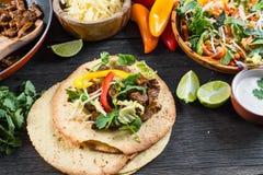Fazendo o alimento latin típico da rua, taco mexicano fotografia de stock royalty free