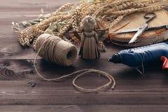 Fazendo o anjo tradicional do brinquedo da palha com asa Fotografia de Stock
